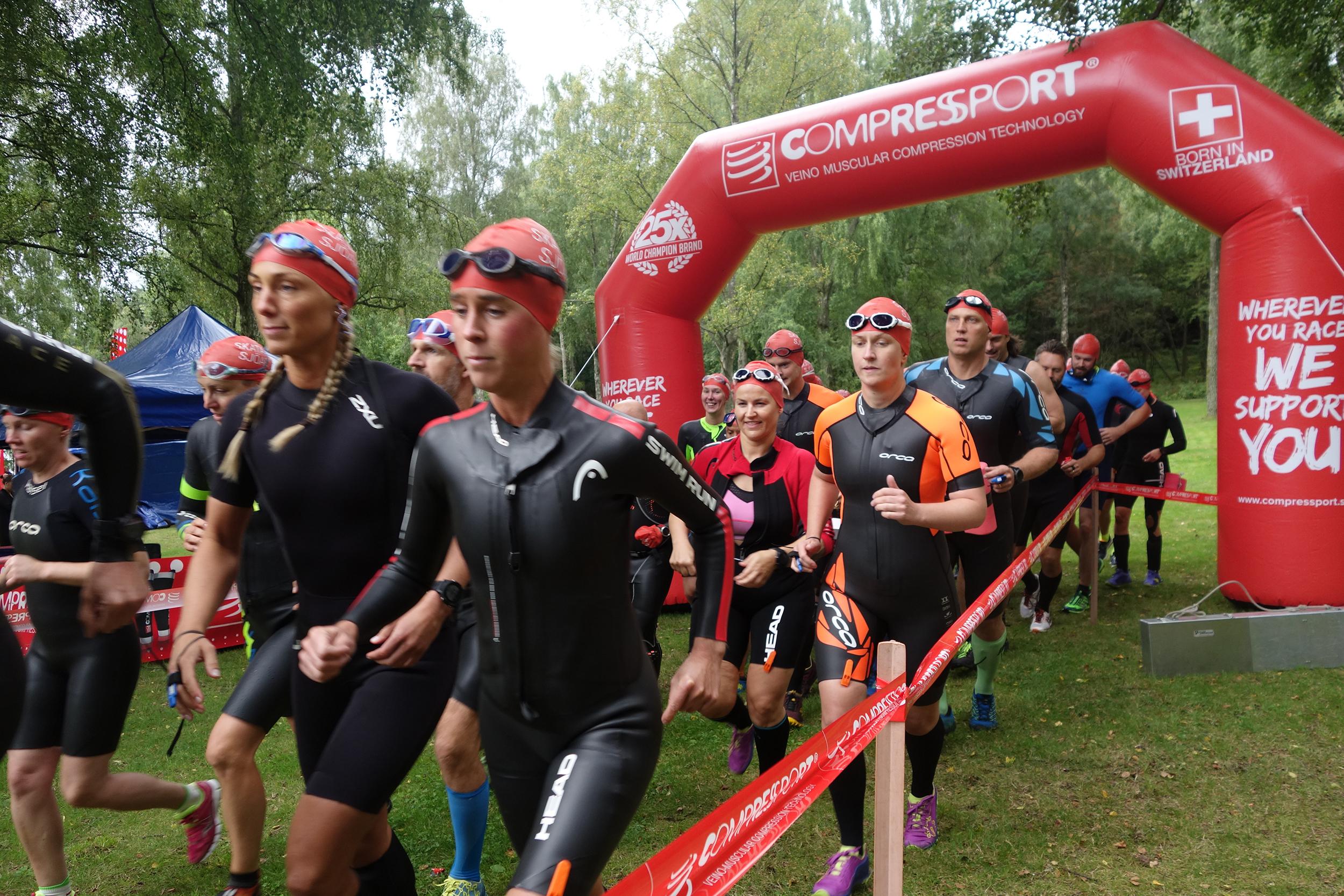 Löpare i startar i Skatås sjöar