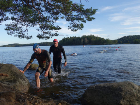 Två swimrunners går upp ur vattnet